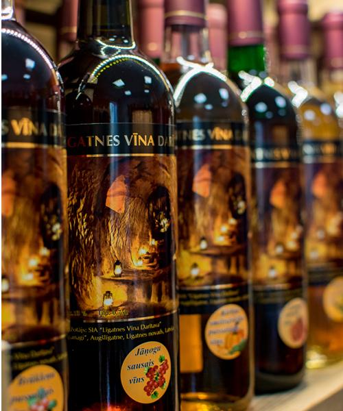jāņogu sausais vīns plauktā