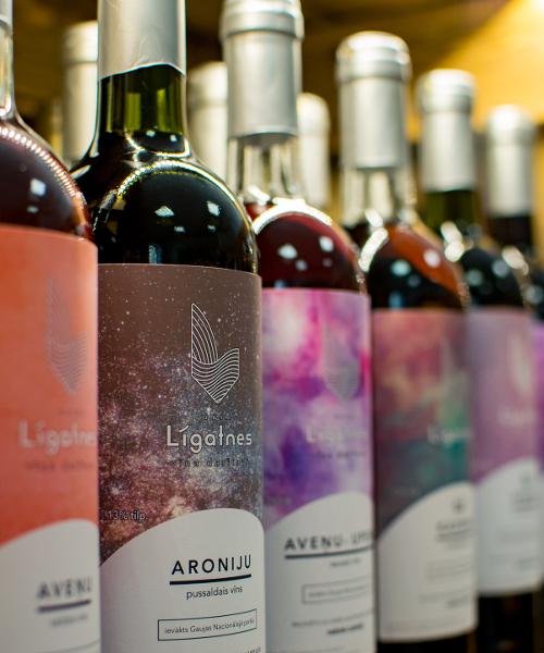 aroniju pussaldais vīns plauktā
