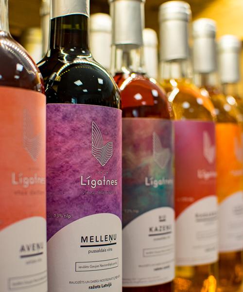 melleņu pussaldais vīns plauktā
