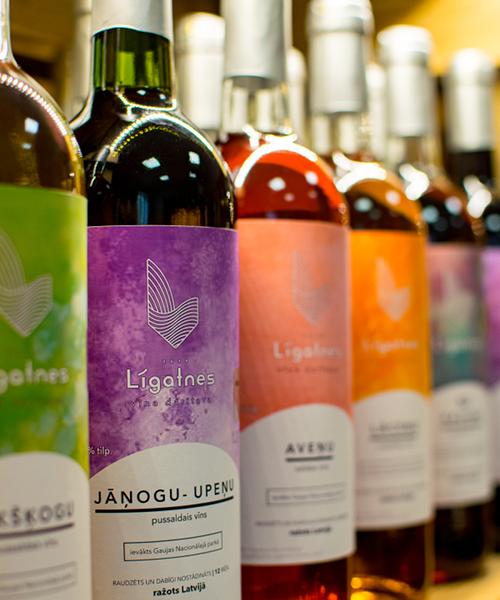 jāņogu-upeņu pussaldais vīns plauktā