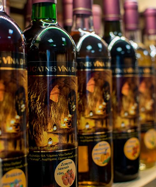 Zemeņu sausais vīns plauktā