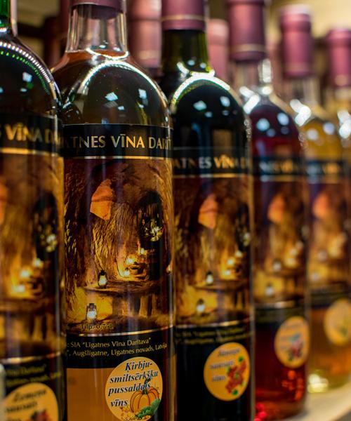 ķirbju-smiltsērkšķu pussaldais vīns plauktā