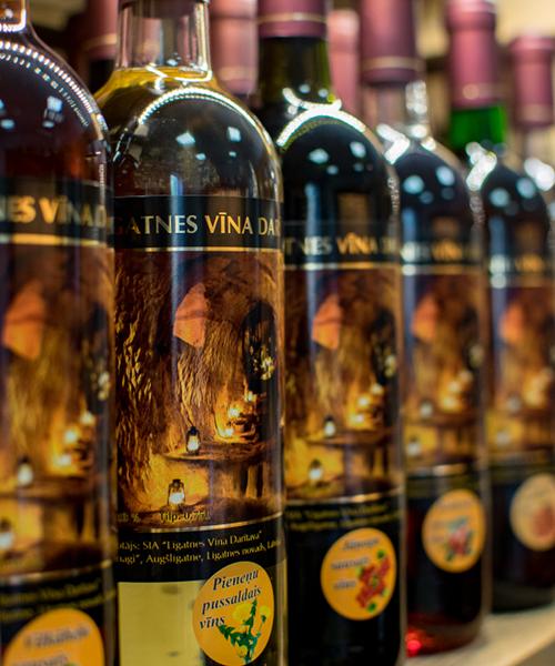 pieneņu pussaldais vīns plauktā
