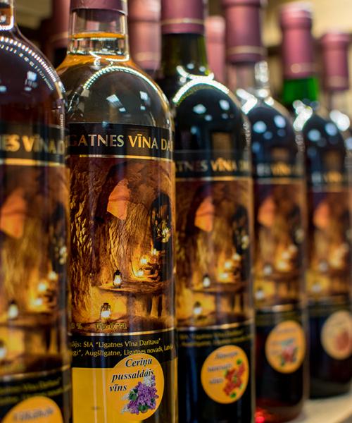 ceriņu pussaldais vīns plauktā