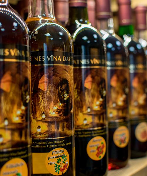 Pīlādžu pussaldais vīns plauktā
