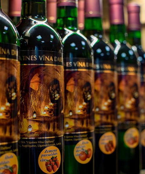 zemeņu pussaldais vīns plauktā