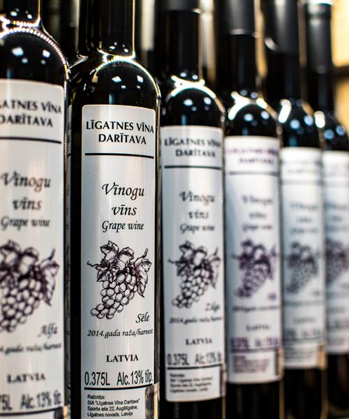 vīnogu vīns sēle plauktā